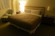 duże łóżko w sypialni